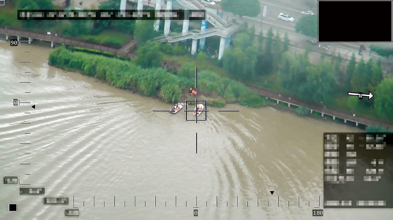 4  某省公安舟船演练营救被困孤岛群众.jpg